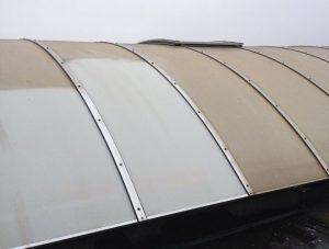 czyszczenie powierzchni półokrągłego dachu