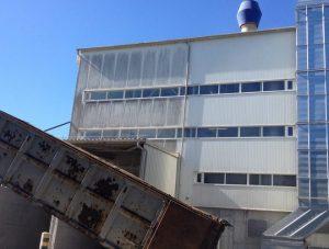 budynek przemysłowy w trakcie mycia
